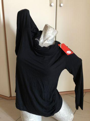 Maglietta nera maniche lunghe con collo largo