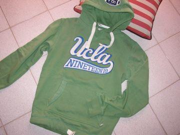 Ucla = felpa verde con cappuccio