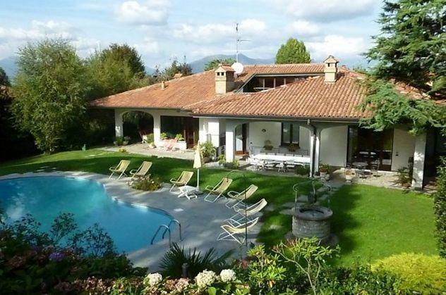 Vendesi prestigiosa villa con piscina, due appartamenti, totalmente arredata.