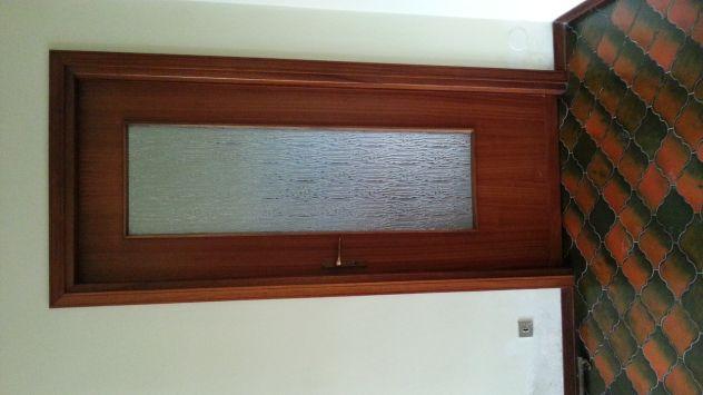 Porte interne buono stato colore mogano e bianche con maniglie/vetro - Foto 2
