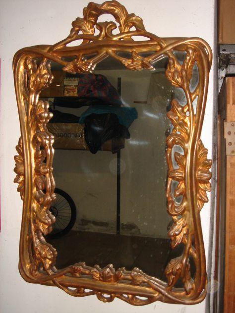 Vecchio specchio intagliato