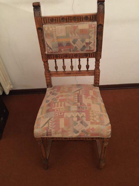 Sedia antica in legno e stoffa