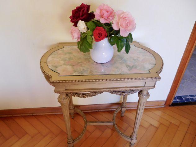 TAVOLINO fine 800 di gusto Luigi XVI, legno scolpito a mano, laccatura originale