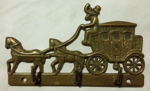 Appendiabiti in ottone brunito raffigurante la carrozza, due cavalli e cocchiere