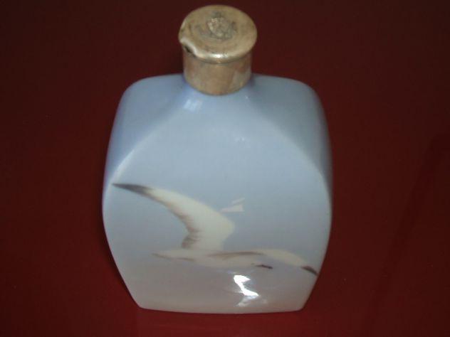 Antica bottiglia in porcellana, tappo in argento con stemma