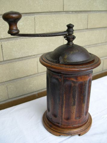 Antico macina caffè cilindrico lucidato