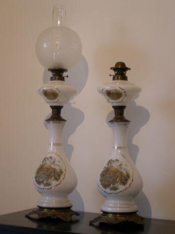 Antiche lampade a petrolio in opaline con dipinti a mano