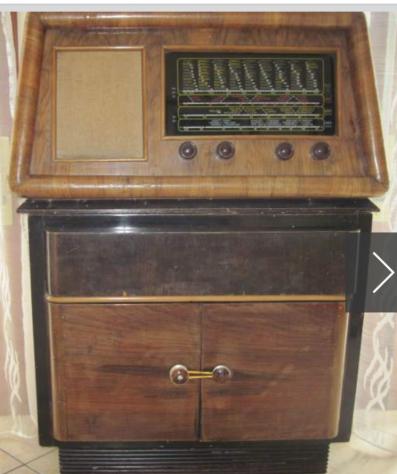 Radio antica con giradischi incorporato nel mobile