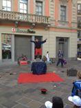 trampolieri giocolieri spettacolo fuoco artisti da strada sputafuoco
