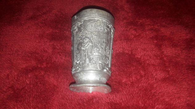 Bicchiere medievale in metallo rilievi
