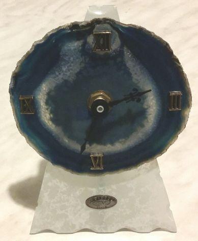 Orologio in fetta di agata blu, con base di vetro Malpelo e stemma in argento