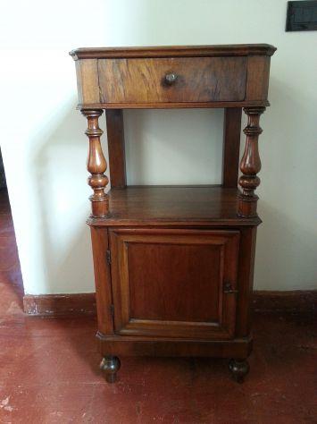 Coppia di comodini veneti in noce, del 1800.