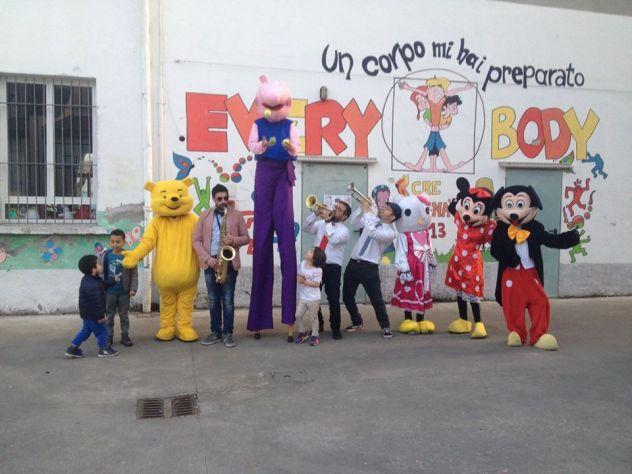 Parata fantasy show con mascotte e artisti 3478497587