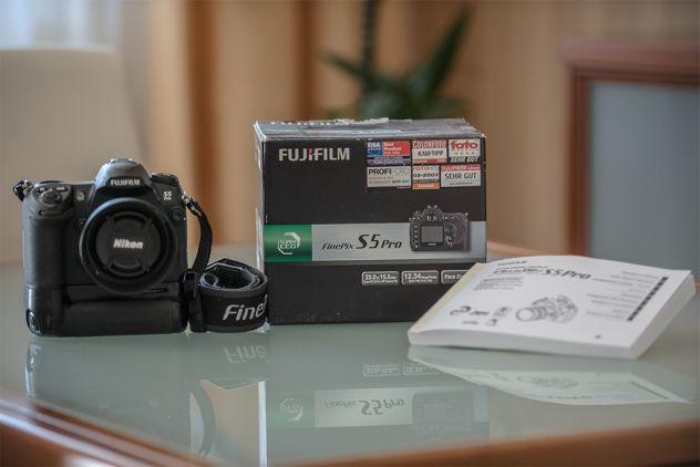 FUJI S5 Pro (5.000 scatti/ 3 batterie Fuji) innesto NIKON-battery grip MB-D200