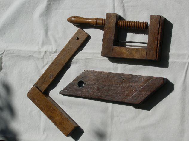 Antichi oggetti in legno, morsetto, squadra, collezione utensili