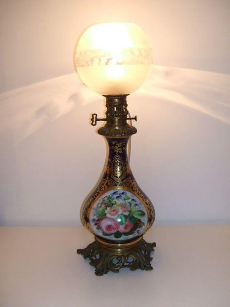 Antica lampada ad olio in porcellana