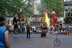 trampolieri giocolieri spettacolo fuoco artisti da strada, sputafuoco - Foto 5