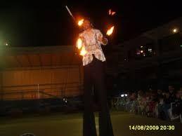 trampolieri giocolieri spettacolo fuoco artisti da strada, sputafuoco - Foto 2