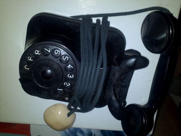 Antico telefono a muro in bakilite nera