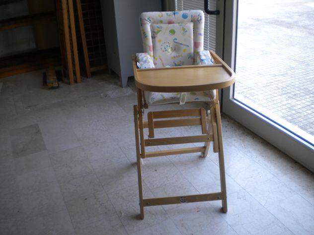 Seggiolone di legno per bebè nuovo regolabile a più altezze.