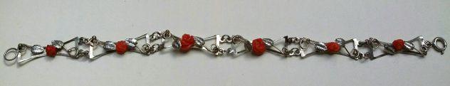 Bracciale semi rigido in metallo argentato con rosette di corallo rosso Sicilia