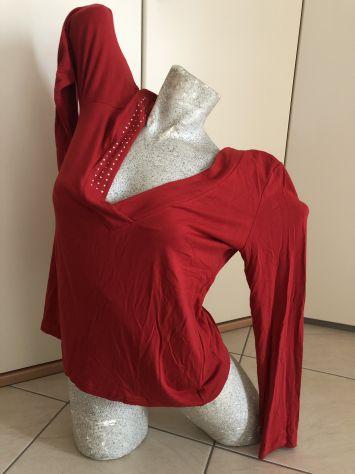 Maglietta rossa  con scollo a v e brillantini