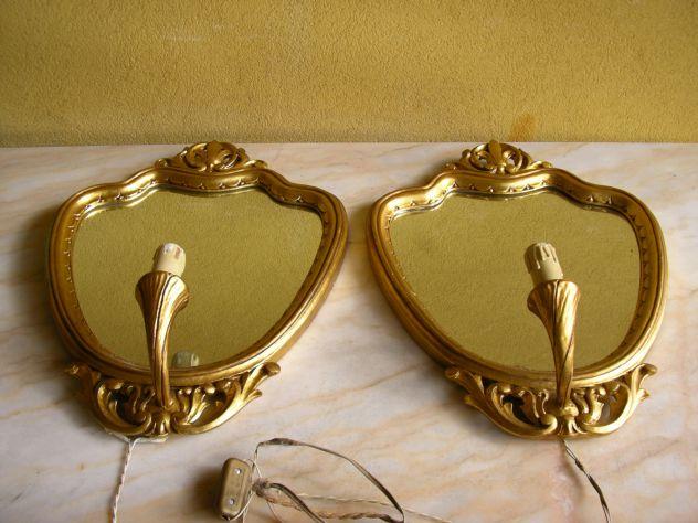 Specchi vintage sopra comodini con luce