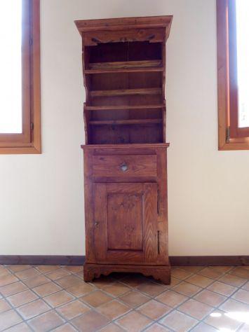 CREDENZINA ANTICA TIROLESE A COLONNA in legno massello intagliato a mano