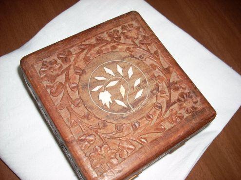 Scatola in legno intarsiata