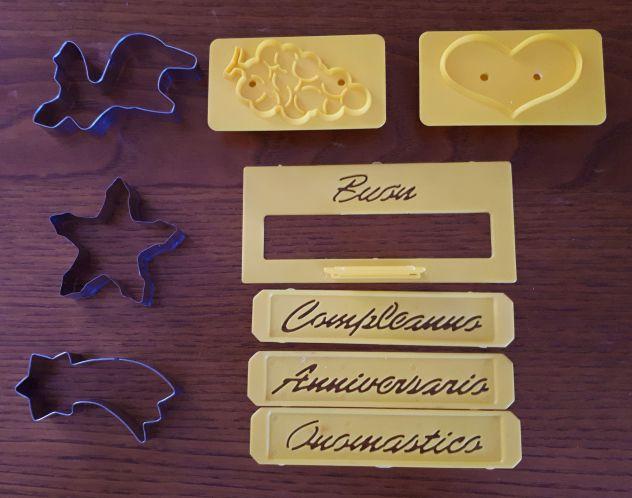 Accessori cucina: tagliamela,kit decorazione,stampi biscotti,portarotolo ecc...