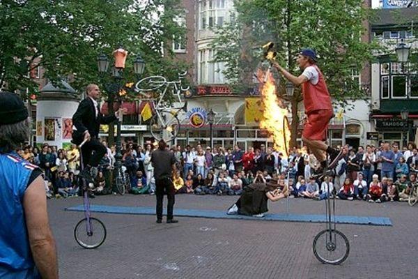 trampolieri giocolieri spettacolo fuoco artisti da strada sputafuoco - Foto 5