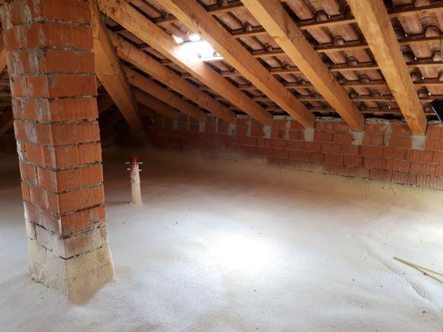 Isolamento termico sottotetto con schiuma poliuretanica a insufflaggio e spruzzo