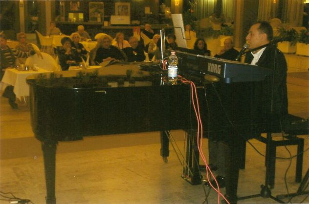 Intrattenimenti e lezioni di pianoforte , canto e batteria