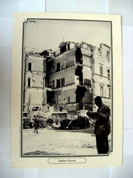 Riproduzione foto a Livorno titolo-SOLDATI AL LAVORO- serie - ANNI DI GUERRA