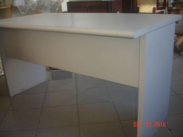 scrivania in legno laminato grigio
