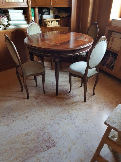 Tavolo rotondo  in  legno d'epoca  con  4  sedie