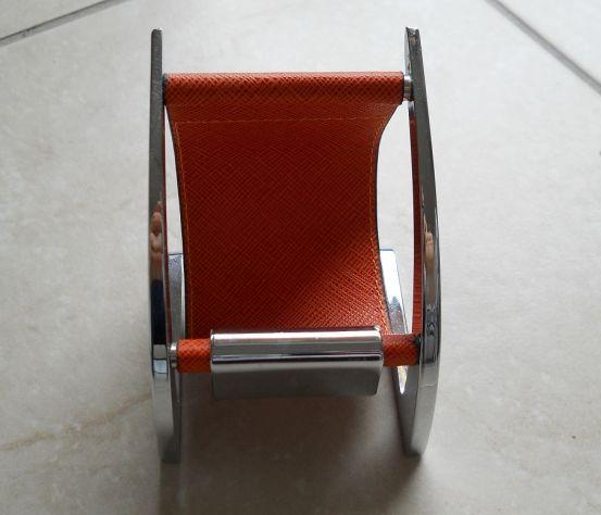 Porta cellulare. Color arancione. Perfetto, pratico e bello da vedere
