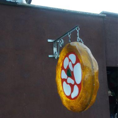 Insegna pubblicitaria: pizza in vetroresina a parete e totem a LECCO - Foto 4