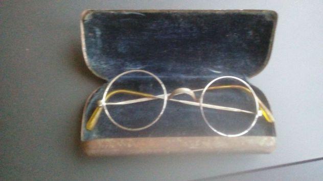 Antichi occhiali rotondi in argento con custodia in metallo