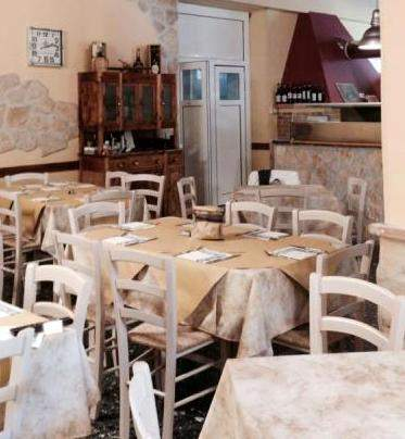 Set tavoli e sedie per ristoranti nuovi affare annunci for Arredi bar usati