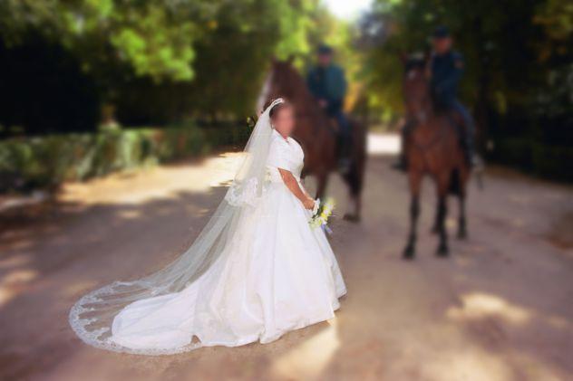 Vestito di sposa con pietre di cristallo Swarovski
