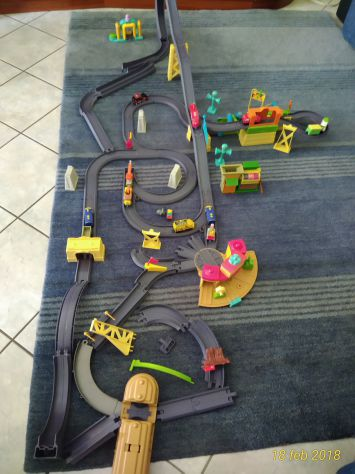 Trenini Chuggington originali con personaggi, stazione, binari