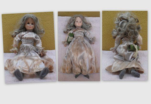 Bambola di pezza con volto mani e gambe in gomma -