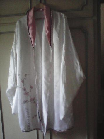 Kimono da donna in raso bianco con fiori rosa