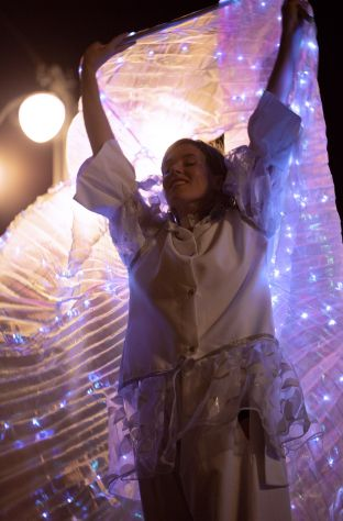 Spettacolo trampolieri ali luminose