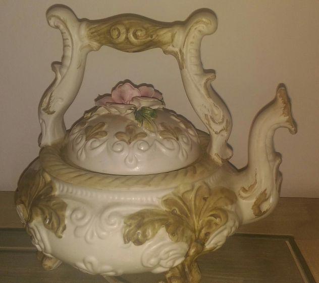 Teiera antica in ceramica Capodimonte